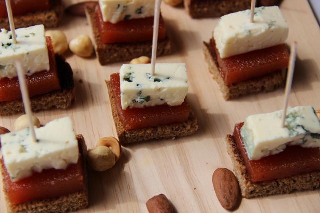 Montadito de pan de centeno con membrillo y roquefort (3) - copia