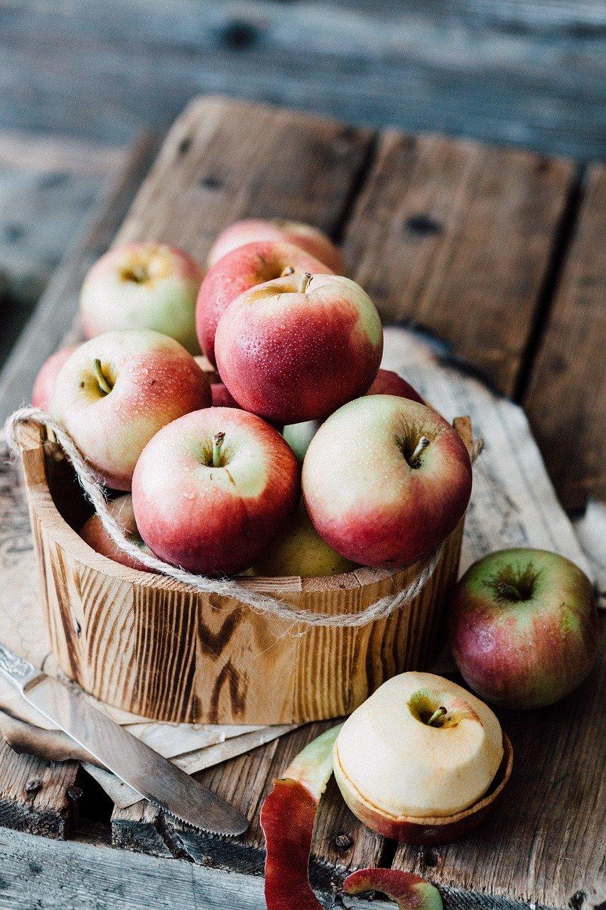 manzanas sobre una mesa